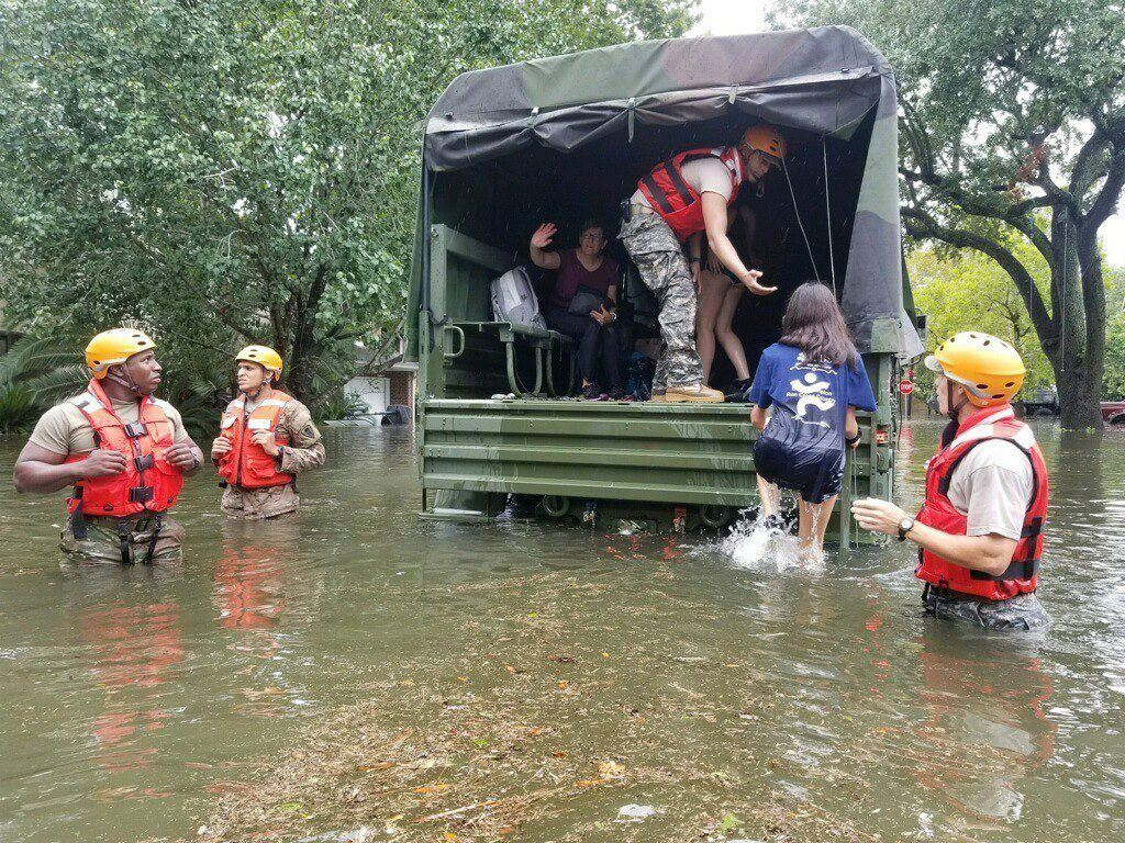 Ordenan evacuación al sur de Houston tras rotura de un dique — Harvey