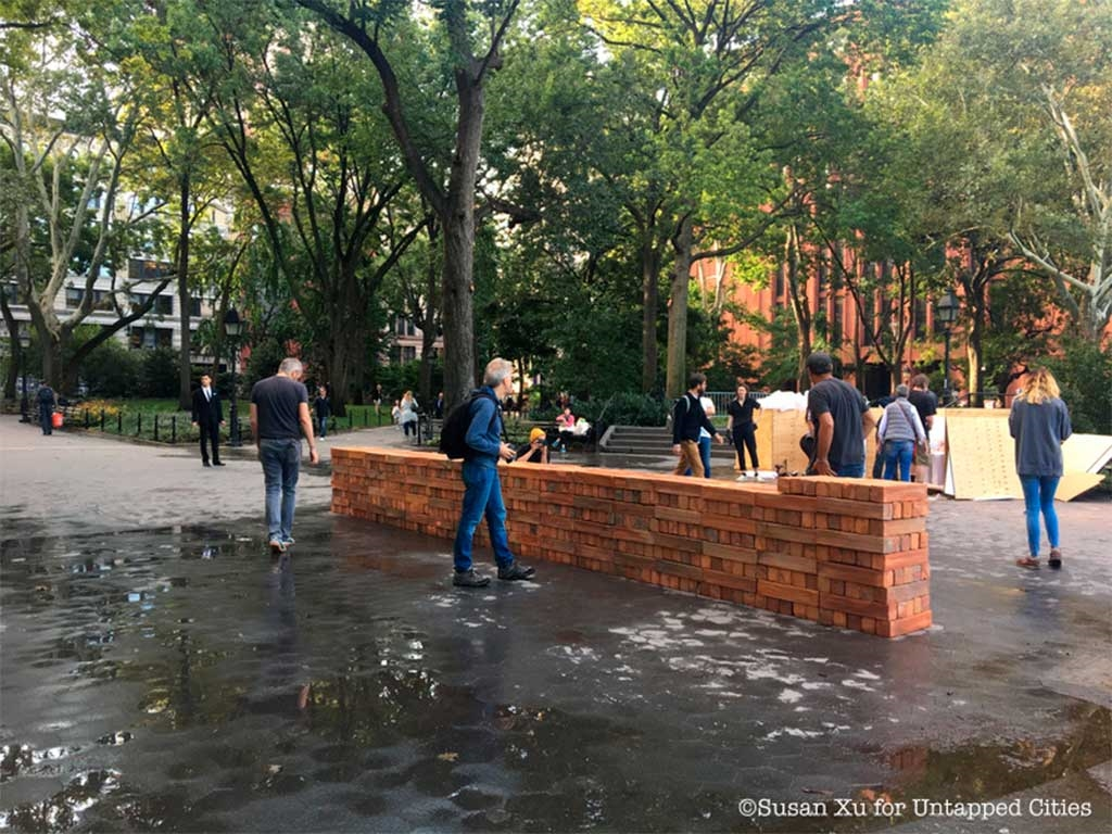 Artista Bosco Sodi monta pieza en pleno Washington Square, NY