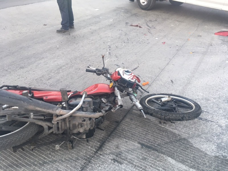 Motociclista termina en hospital tras accidente