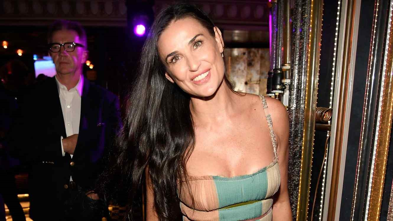 Viralizan video de Demi Moore besando a un menor