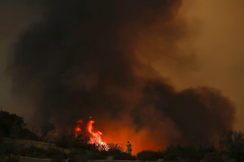 Avanza incontenible incendio Holy en California, miles de evacuados